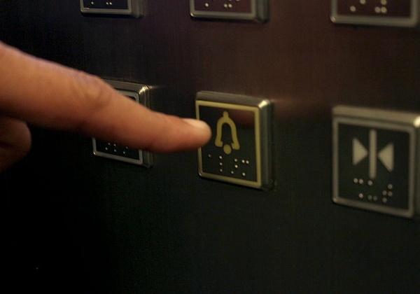 Nên làm gì nếu bạn bị mắc kẹt trong thang máy?
